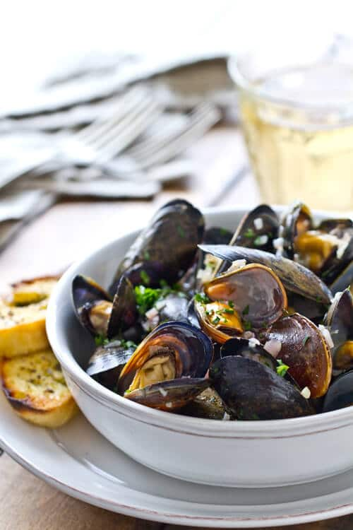 STEAMED MUSSELS WITH GARLIC HERB SAUCE