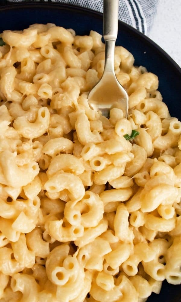 close up of mac and cheese in a bowl with garnish