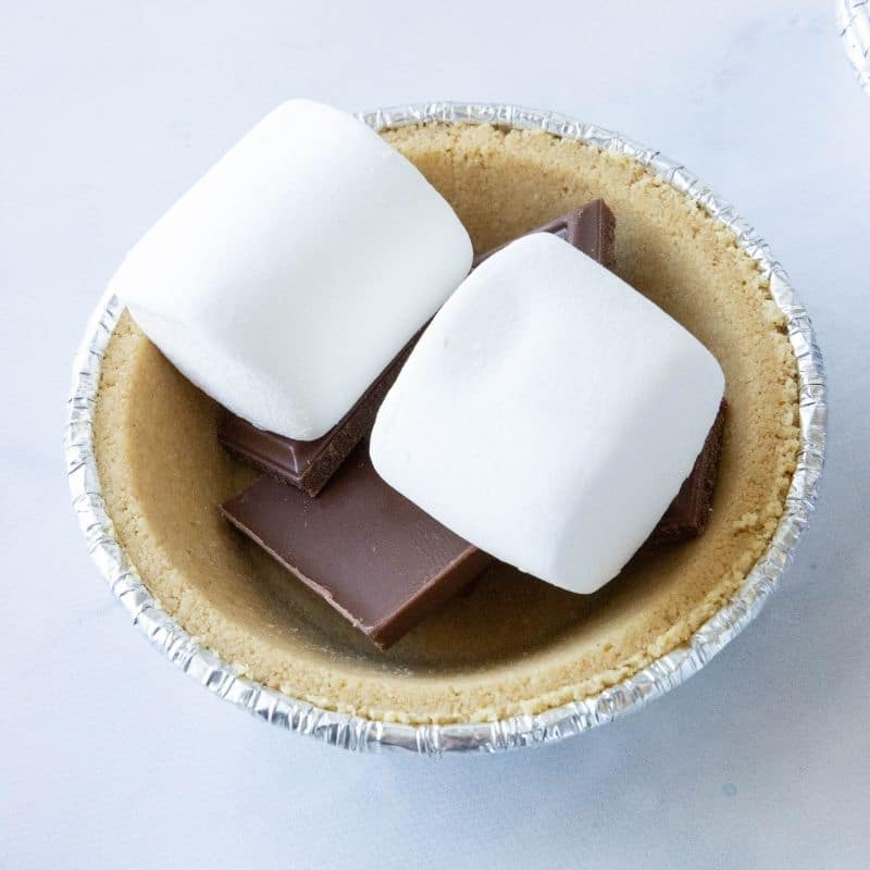 marshmallows on top of chocolate in pie crust
